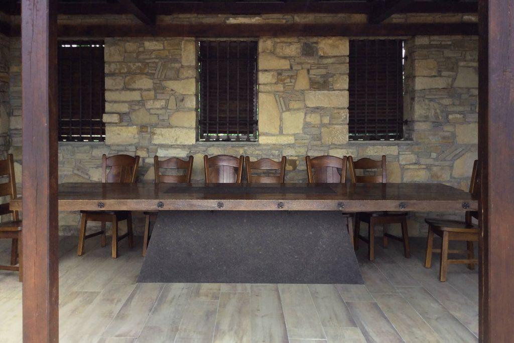 Дървена маса в български традиционен стил