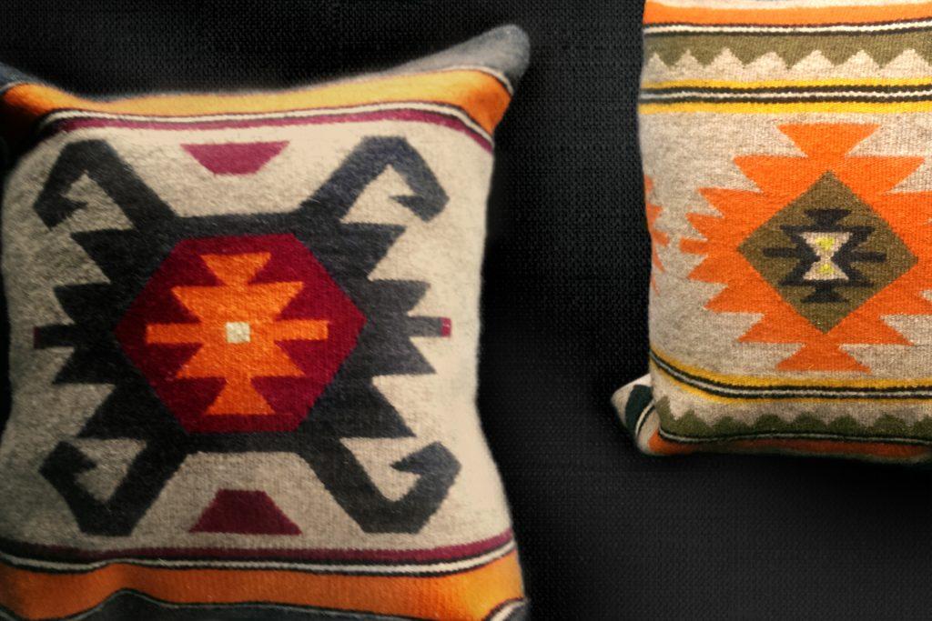 Декоративни възглавници с български традиционен мотив.