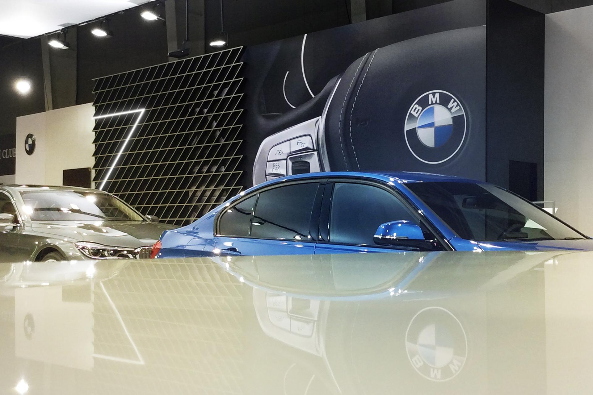 Изложбен автомобилен щанд на BMW.