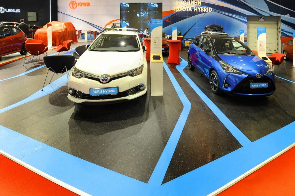 Изложбен автомобилен щанд на Toyota.